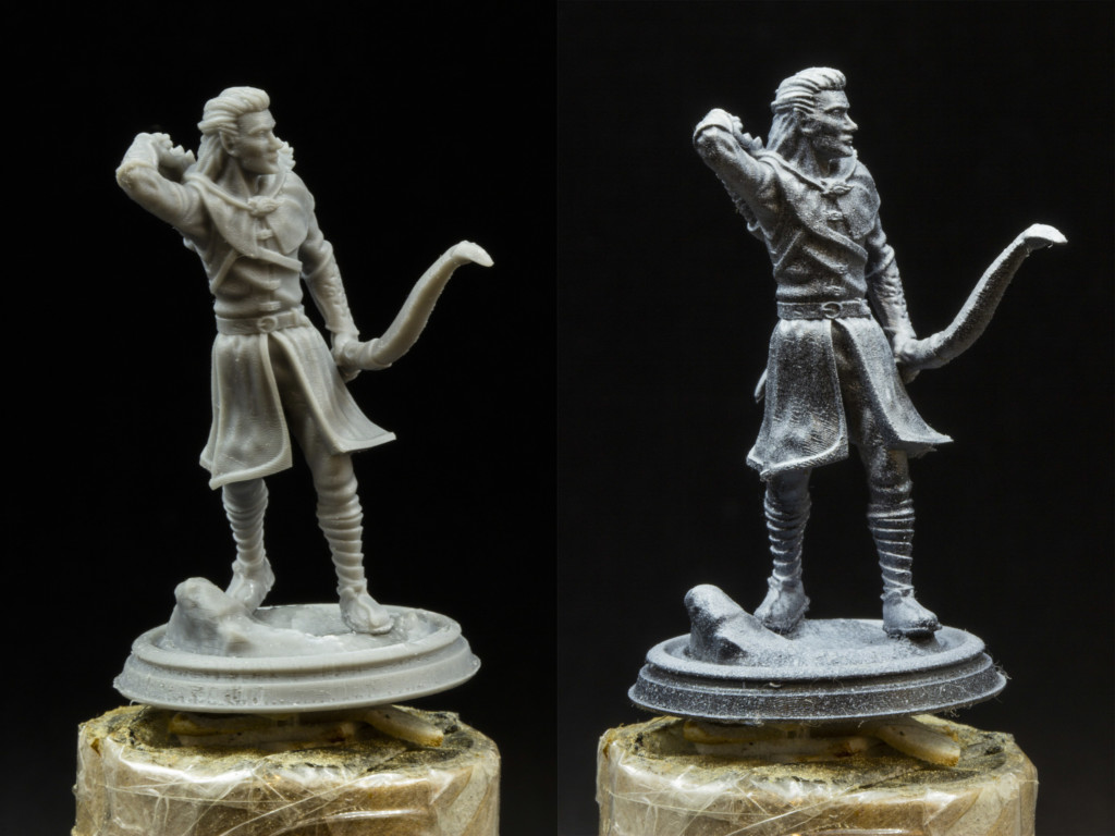 Two printed 3d elves miniatures. They reaching for arrows, holding the bow. First one before highlighting (on the left), second one after it (on the right).